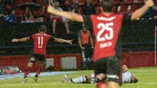 Maxi Rodríguez celebra el gol del triunfo leproso en Santa Fe.