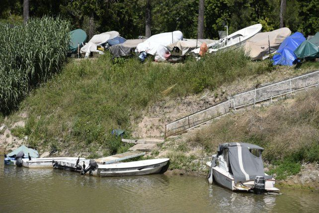 Frente a la desembocadura del arroyo Ludueña y sobre el Paraná agentes municipales vieron que hubo llegada y salida de embarcaciones ilegales.