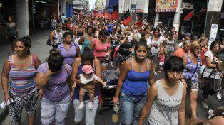En el centro. Cientos de vecinos de zonas marginales reclamaron en la filial local del Ministerio de Desarrollo Social el Plan Argentina Trabaja.