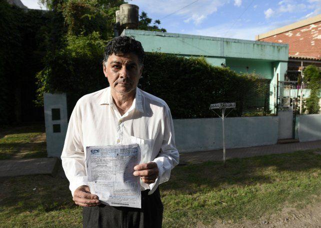 Todo mal. Carlos Ojeda frente a su casa usurpada del barrio Fisherton.