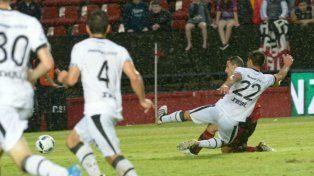 La definición. Maxi Rodríguez ya impactó la pelota que se meterá entre las piernas de Broun. Fue una contra rápida y efectiva.