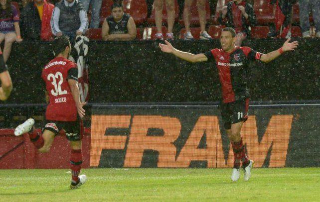 Letal. Maxi (arriba) anotó en el minuto final y lo festeja.