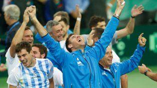 Festejo desatado. Del Potro celebra el triunfo de Delbonis y el título que le faltaba a Argentina.