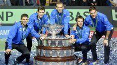 El festejo del equipo argentino junto a la Copa Davis en Zagreb.
