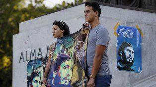 Estudiantes en la Universidad de La Habana homenajean al fallecido líder cubano.