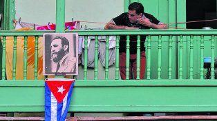 homenaje. Una foto de Fidel en un viejo balcón de La Habana. La ciudad tendrá dos días para despedirlo.