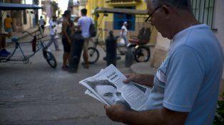 noticia. Un cubano lee sobre la muerte de Fidel en el diario Granma
