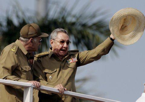 general. Raúl Castro durante una ceremonia militar en 2011. Es el único general de cuatro estrellas y todos los altos mandos fueron elegidos por él.