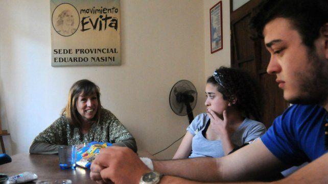 Emilce Moler (al pie de la mesa) en charla con un grupo de jóvenes militantes de la UES.
