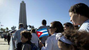 Con banderas cubanas y retratos de Fidel Castro varios miles de personas ingresaron a la Plaza de la Revolución para rendirle tributo al líder de la Revolución.