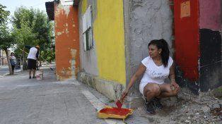 Los vecinos pintan de colores vivos los frentes de las casas de villa La Lata