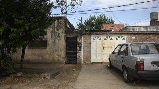 Esmeralda 4100. Al fondo de un pasillo un hombre que bajó de una moto entró y ejecutó a Nicolás Franco Carballo.