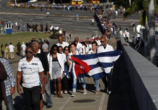 Estoicos. Una hilera impresionante de cubanos hizo fila todo el día bajo el sol de La Habana para tener un momento ante la figura de Fidel.