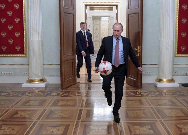 Juego. El rey del Kremlin prueba la pelota del Mundial de 2018.