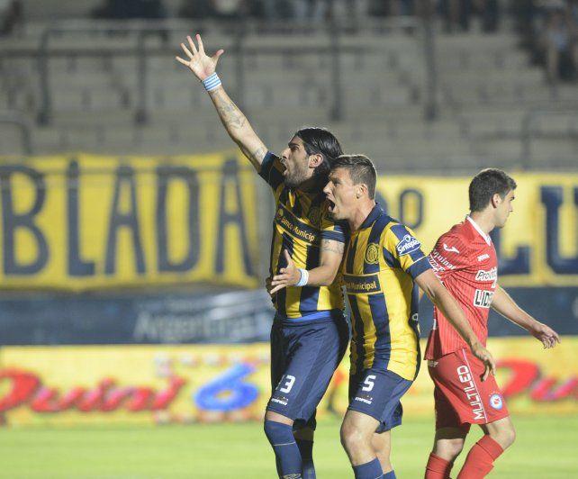 Triunfo ante el Bicho. El Loco Abreu festeja uno de los goles canallas junto a Musto hace dos años.