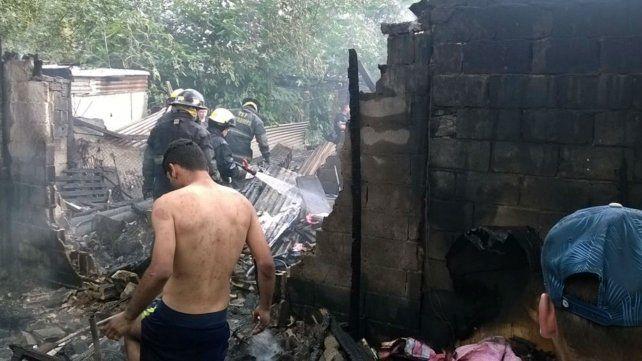 Los vecinos del barrio trabajaron a la par de los bomberos para apagar las llamas.