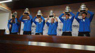 Del Potro y sus compañeros de equipo levantan las réplicas de la Copa Davis conquistada el domingo.