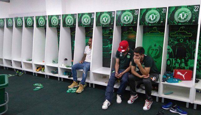 Los jugadores de Chapecoense que no viajaron a Colombia no tienen consuelo en el vestuario del club de Santa Catarina.