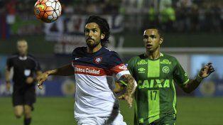 Tiaguinho va en busca de la pelota ante Angeleri. Fue en la vuelta de la semifinal de la Sudamericana ante San Lorenzo.