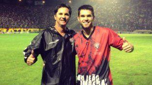 El entrenador Caio Júnior junto a su hijo Matheus Salori.