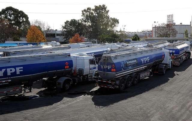 Varados. Camiones de transporte quedaron detenidos en la planta.