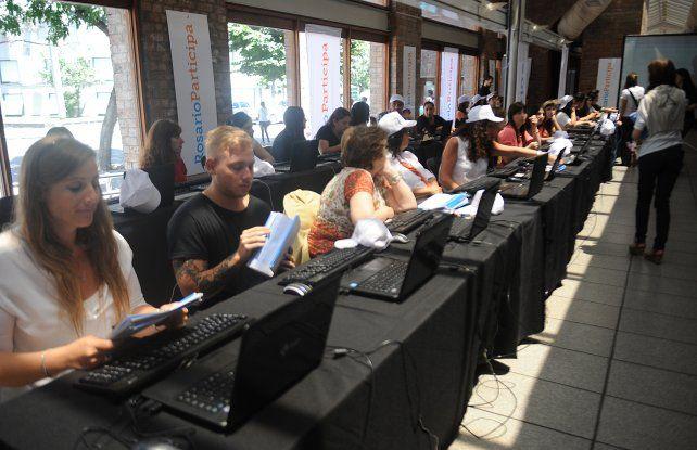Hubo 50 puestos diarios de votación presenciales y se incorporó el voto online.