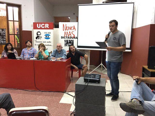 Debate. Los radicales confluyeron anoche en la sede de Paraguay al 300.