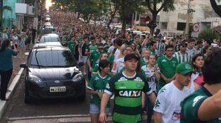 Una multitud rinde homenaje a los futbolistas de Chapecoense en el estadio Arena Condá