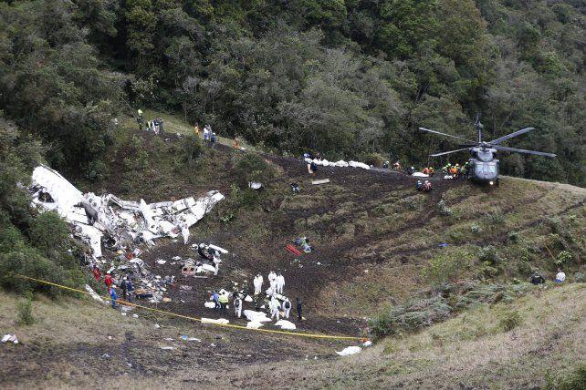 Escena. Los rescatistas trasladan los cadáveres de las víctimas al helicóptero arribado al Cerro Gordo