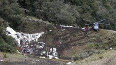 Escena. Los rescatistas trasladan los cadáveres de las víctimas al helicóptero arribado al Cerro Gordo, lugar del accidente, a 38 kilómetros de Medellín.
