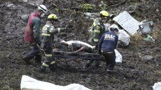 Tragedia. Los rescatistas transportan una víctima fatal desde el lugar del impacto de la aeronave.