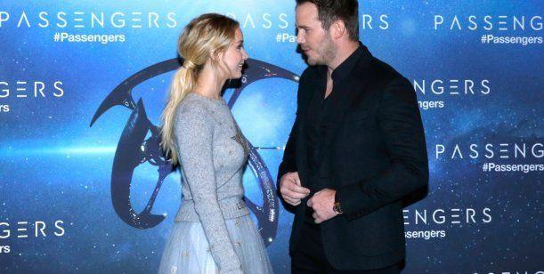 Jennifer Lawrence dio que hablar con un extraño look de estrellas en la premiere de Passengers