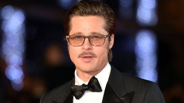 Brad Pitt se encuentra desolado y decidió irse de viaje con amigos.
