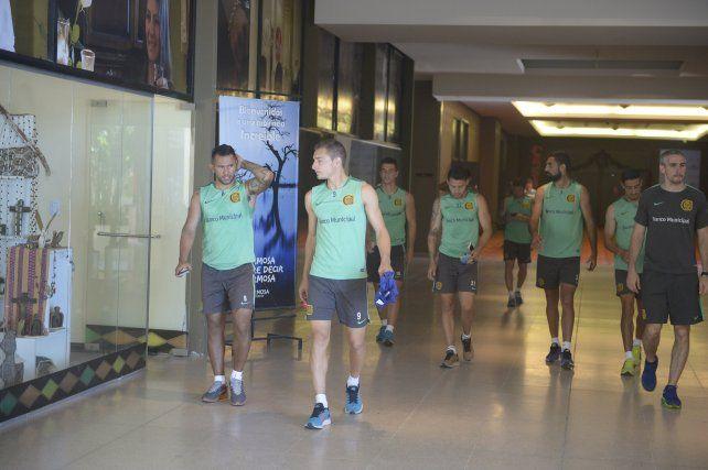 El plantel de Central acaba de terminar su sesión matinal de práctica en el hotel y se dirige a ver el video de Belgrano.