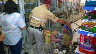 Personal de la Guardia Urbana Municipal retira mercadería vencida del super de Génova al 8500.
