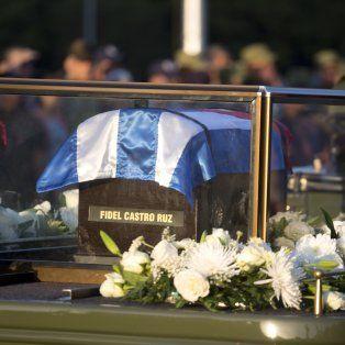 Urna. Un vehículo militar con escolta lleva las cenizas de Castro. Ayer salió de La Habana hacia el oriente de Cuba.