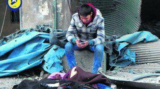 Horror. Víctimas de un bombardeo ayer en un barrio rebelde.