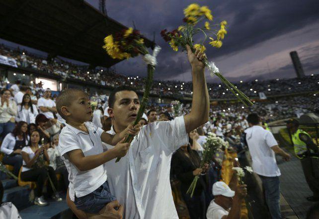 Emotivo y conmovedor homenaje a Chapecoense en el estadio de Medellín tras la tragedia