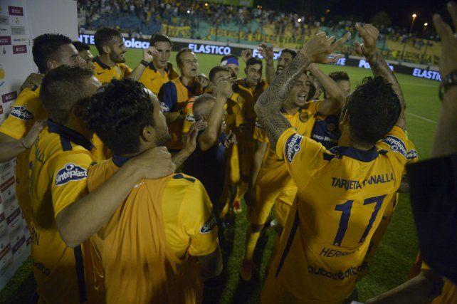 Los jugadores canallas festejan el pase a la tercera final consecutiva de Copa Argentina (Foto: Leonardo Vincenti/La Capital).