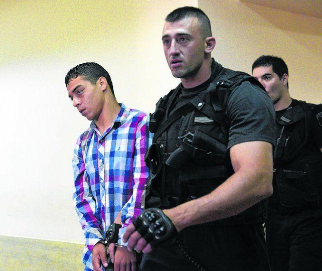 Esposado. Joel Gabriel Ibarra llega bajo custodia a la sala donde lo juzgan.