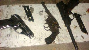 Se daban a la fuga, entraron a una casa y escondieron las armas en un montículo de arena