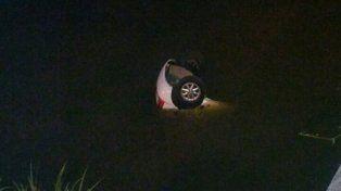 Tres personas fueron rescatadas del interior del auto que cayó al Riachuelo.