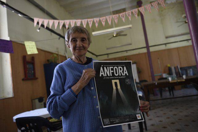 Orgullosa. Una de las participantes de la película posa con el póster de difusión del filme.
