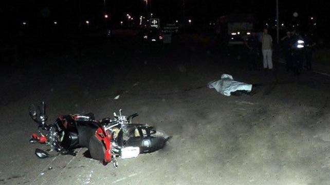 Impacto fatal. El motociclista murió en forma instantánea tras colisionar violentamente con el acoplado.
