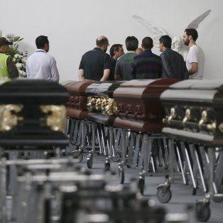 Sin consuelo. La funeraria San Vicente, anoche, preparaba los restos de algunas de las víctimas.
