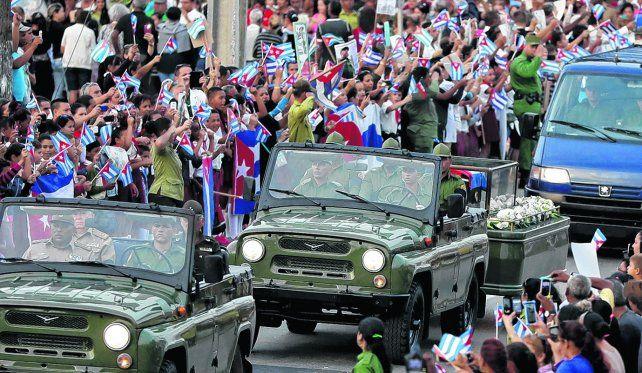 Travesía final. El convoy fúnebre con los restos de Castro llega a la ciudad de Santa Clara