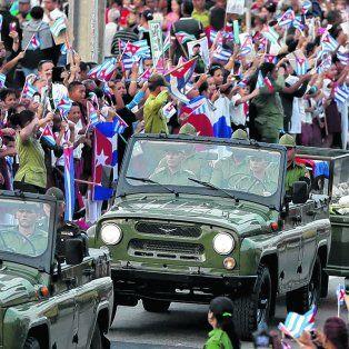 Travesía final. El convoy fúnebre con los restos de Castro llega a la ciudad de Santa Clara, donde una multitud le rindió póstumo homenaje.