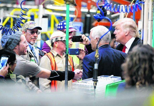 Visita. Trump con obreros de la empresa de aires acondicionados Carrier.
