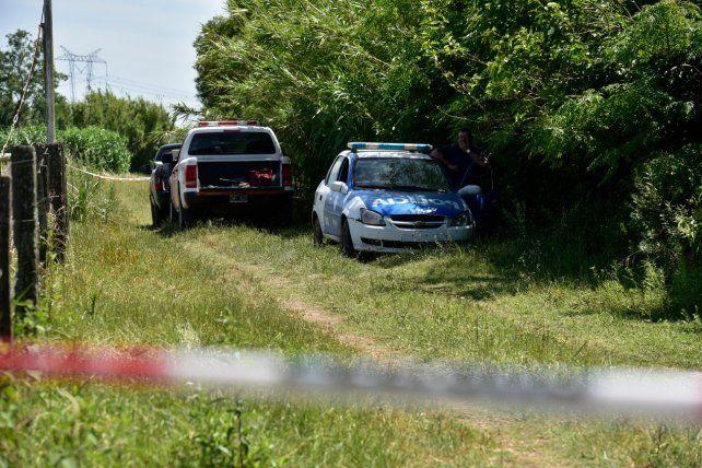 El lugar. Peritos de la policía y de bomberos trabajaron en el campo donde los perros hallaron una zapatilla enterrada.