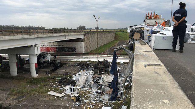 Un camión que transportaba cocinas cayó desde el puente que cruza las rutas A012 y la 33